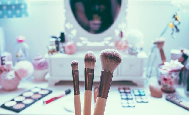 نحوه تمیز کردن وسایل آرایش و زیبایی به وقت نظافت منزل