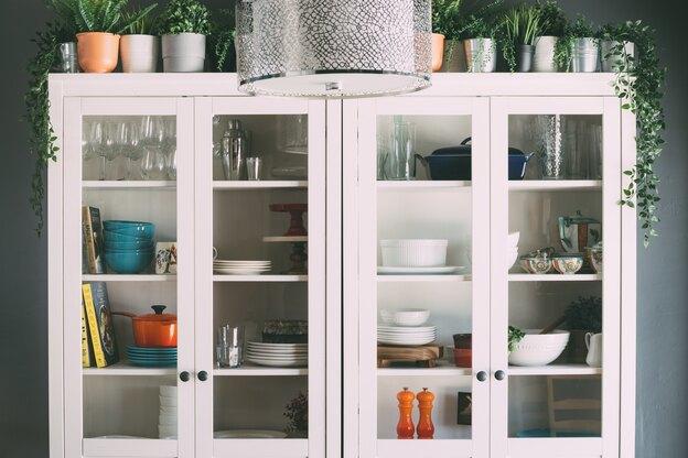 نحوه تغییر دادن کابینت های آشپزخانه با کمک کاغذ دیواری