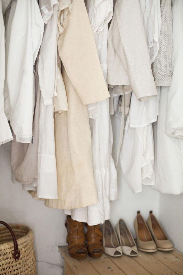 کمد لباس خانم ها پر از لباس و کفش زنانه