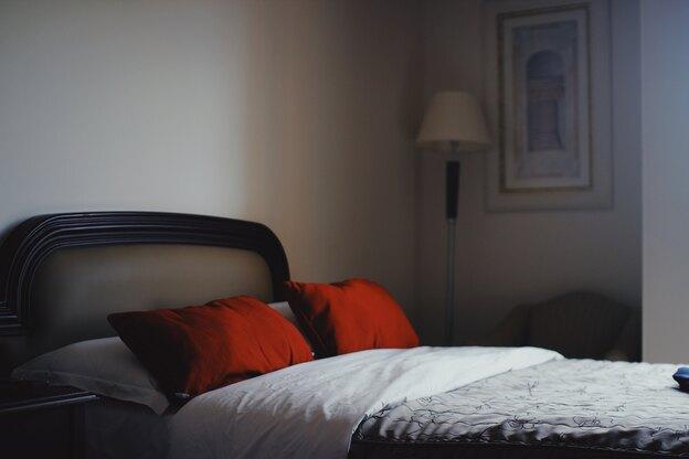 نظافت منزل: تخت خواب و بالش ها