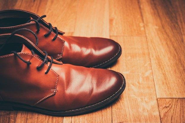 از بین بردن لکه های واکس کفش از روی لباس، فرش و مبلمان