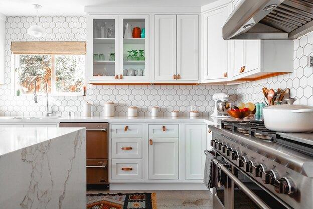 استفاده از کابینت دورنگ در تغییر دکوراسیون آشپزخانه
