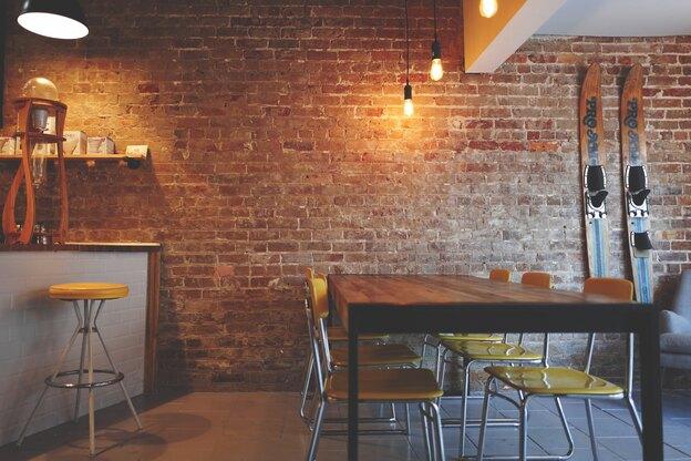 نقاشی ساختمان: رنگ کردن دیوار آجری