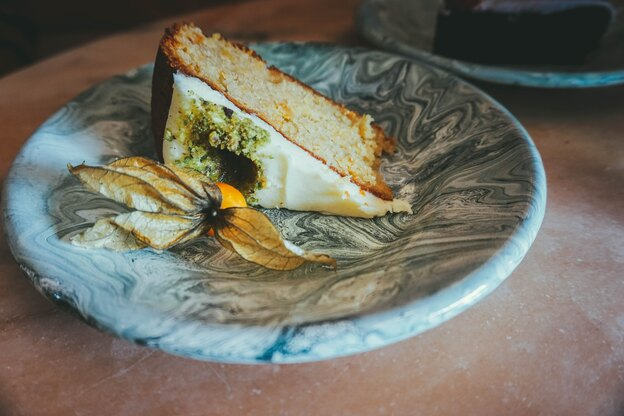 طرز تهیه کیک هویج با خامه شکر قهوه ای