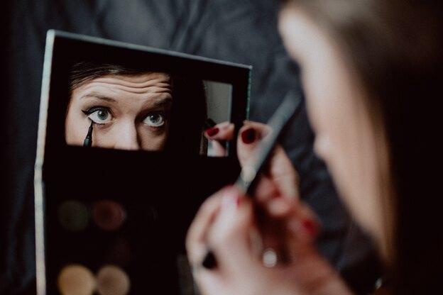 ترفندهای آرایشی: نحوه تمیز کردن ریمل ضد آب