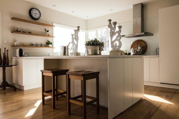 طراحی کابینت آشپزخانه: کابینت دو رنگ