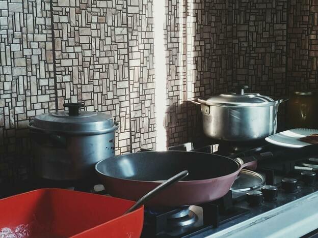 چطور ظرف و ظروف استیل را تمیز کنیم و برق بیندازیم؟