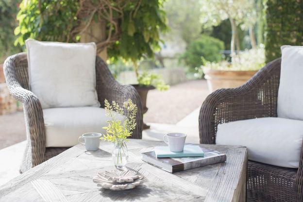 مبلمان بیرونی در حیاط و باغچه
