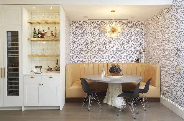 میز غذاخوری در آشپزخانه