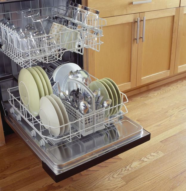 ماشین ظرفشویی باز با ظرف هایی در آن